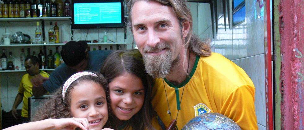 Andrew Aris mit Kindern in Rio während der WM 2014.