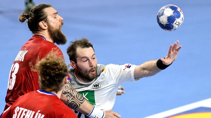 Handball-EM: Steffen Fäth (rechts) ringt mit den Tschechen Pavel Horan (links) und Jan Stehlik um den Ball.
