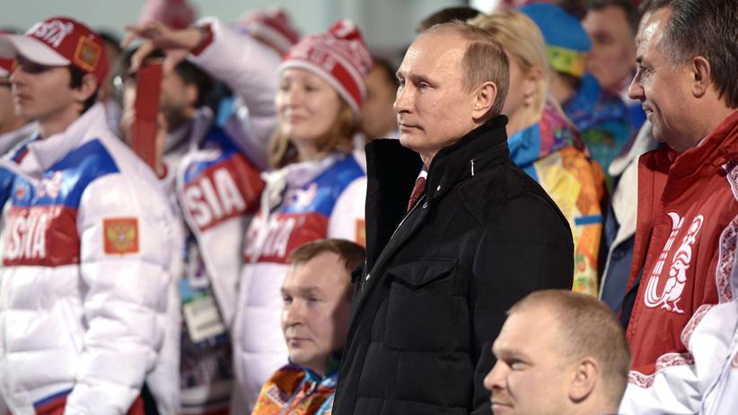 Russland: Russlands Präsident Putin (m.) inmitten russischer Sportler während der Paralympischen Winterspiele 2014 in Sotschi