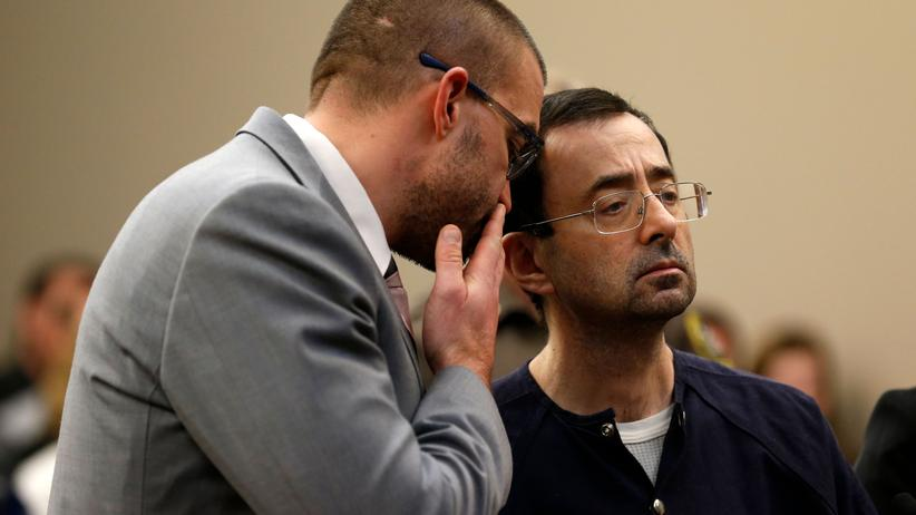 Missbrauchsskandal: Der frühere Turnerteamarzt Larry Nassar (rechts) steht mit seinem Anwalt im Gerichtssaal.