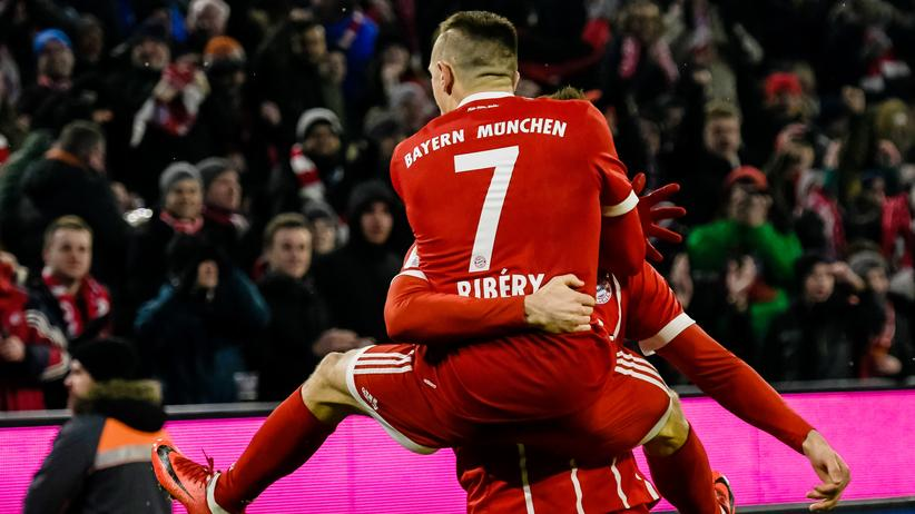 Bundesliga-Rückschau: Noch ein Tor für Bayern: Franck Ribéry und Robert Lewandowski feiern.