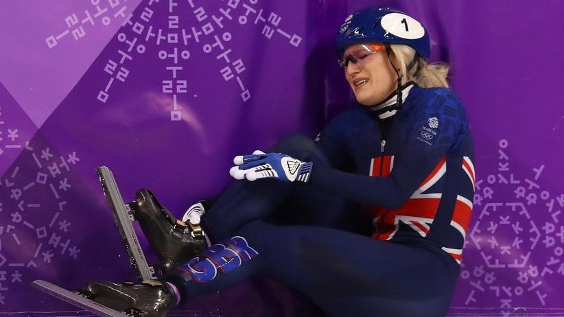 Olympische Winterspiele: Die Britin Elise Christie nach einem weiteren Crash