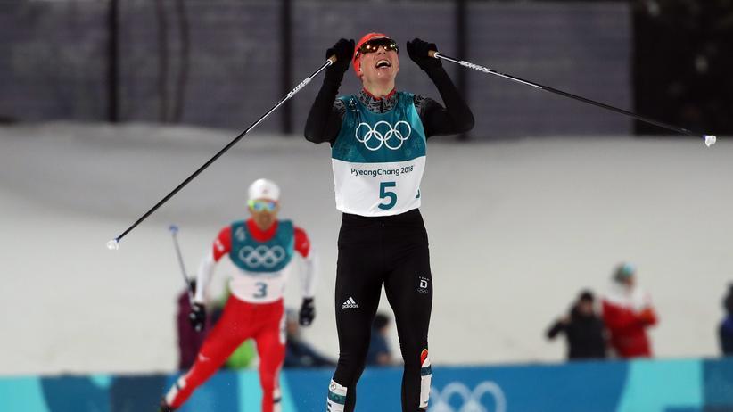 Olympische Winterspiele: Frenzel vor Watabe: Der deutsche Olympiasieger überquert vor seinem japanischen Konkurrenten die Ziellinie.