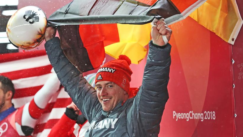 Rodeln: Johannes Ludwig jubelt nach dem Gewinn der Bronzemedaille.