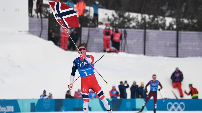 Norwegens Schlussläufer Johannes Hoesflot Klaebo überquerte als Erster die Ziellinie in der Langlaufstaffel. Das neunte Gold für Norwegen.