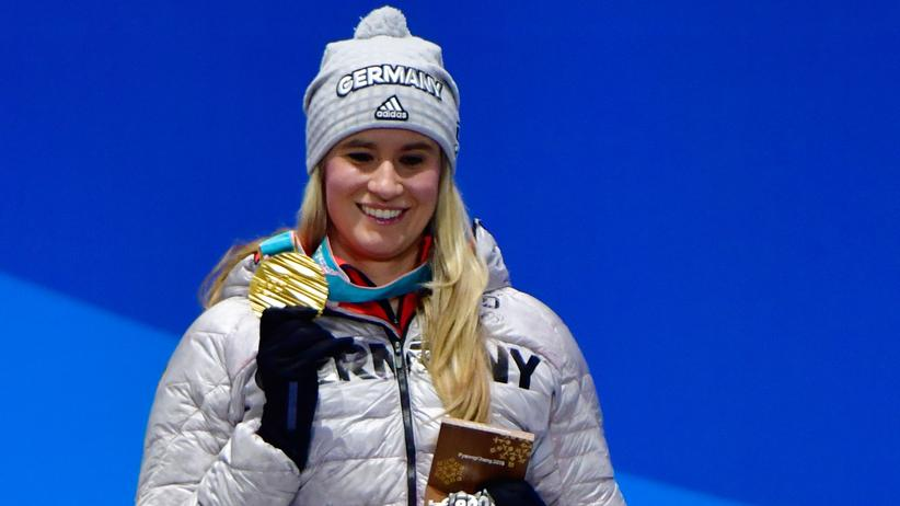 Olympische Winterspiele: Germany's gold medallist Natalie Geisenberger poses on the podium during the medal ceremony for the women's luge singles at the Pyeongchang Medals Plaza during the Pyeongchang 2018 Winter Olympic Games in Pyeongchang on February 14, 2018. / AFP PHOTO / Martin BUREAU        (Photo credit should read MARTIN BUREAU/AFP/Getty Images)