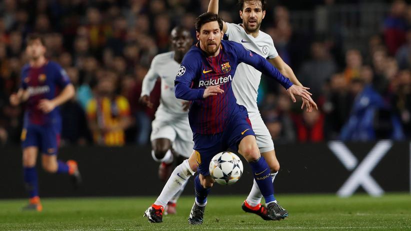 Champions League: Lionel Messi läuft Chelseas Cesc Fàbregas mit dem Ball davon.