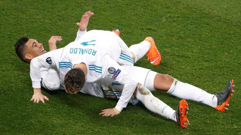 Sportbuch: Warum nur? Casemiro und Cristiano Ronaldo (auf ihm) freuen sich.