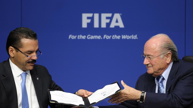 Interpol: Sepp Blatter und der damalige Interpol-Chef Ronald Noble beschließen die 20-Millionen-Kooperation von Fifa und Interpol.