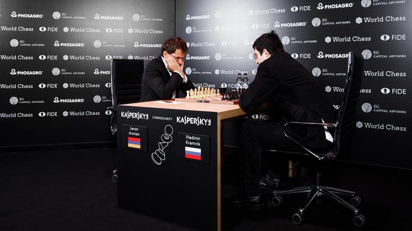 Kandidatenturnier: Lewon Aronian (links) und Wladimir Kramnik vor dem ersten Zug