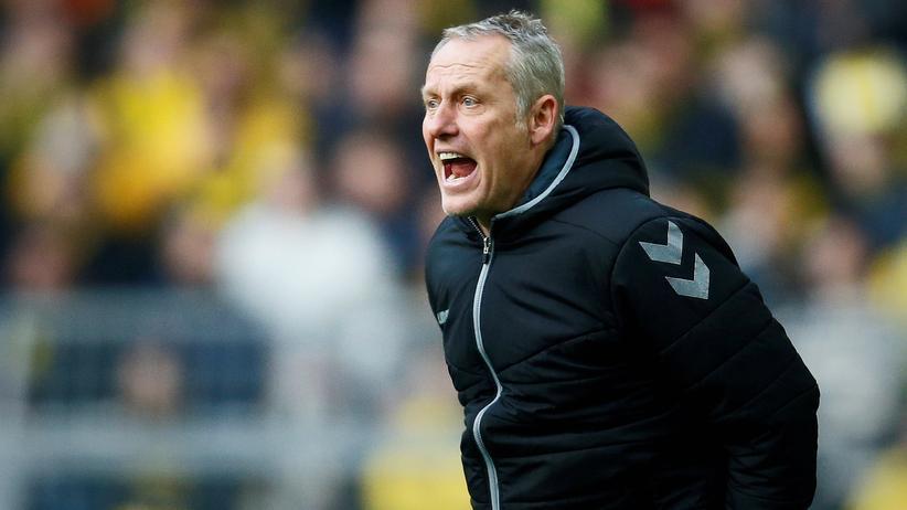 Christian Streich: SC-Trainer Christian Streich am Rande des Spiels seiner Freiburger gegen den BVB