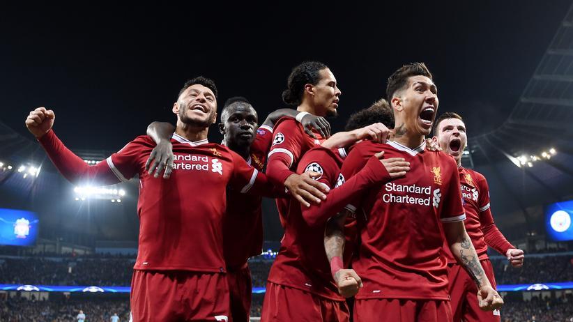Champions League : Roborto Firmino freut sich mit seinen Teamkollegen vom FC Liverpool über den Einzug ins Halbfinale