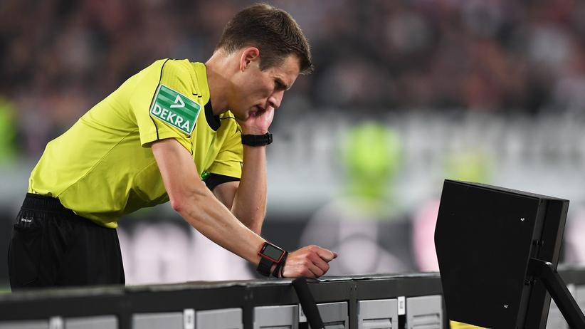 Videobeweis: Der Bundesliga-Schiedsrichter Benjamin Cortus, hier beim Spiel Stuttgart gegen Köln, geht in die nächste Instanz.