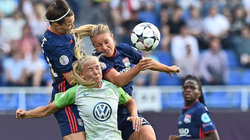 Women's Champions League: Wolfsburgs Stürmerin Pernille Harder (Mitte) mit Verteidigerin Lucy Bronze (links) und Mittelfeldspielerin Amandine Henry (rechts) von Olympique Lyon