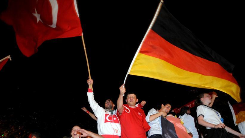 Mesut Özil und İlkay Gündoğan: Köln 2008: Türkische und deutsche Fußballfans beim Spiel Türkei gegen Deutschland