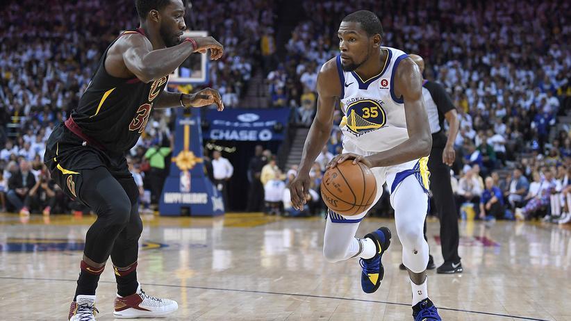 NBA: Kevin Durant (rechts) von den Golden State Warriors und Jeff Green von den Cleveland Cavaliers bei einem NBA-Spiel im Dezember 2017.