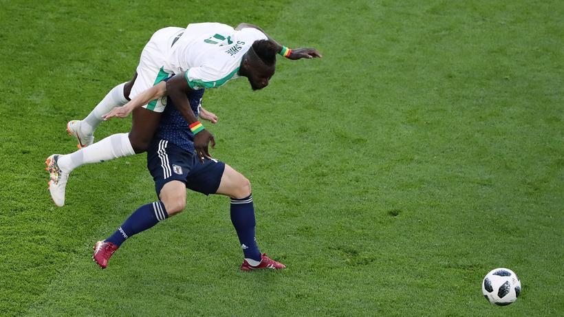 Japan U2013 Senegal : Schwere Bürde. Mit Salif Sané Auf Dem Rücken Lässt Sich  Kein
