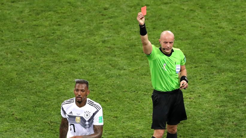 WM-Historie: Jérôme Boateng verlässt das Spielfeld von Sotschi. Der Schiedsrichter hatte ihn wegen wiederholten Foulspiels des Platzes verwiesen.