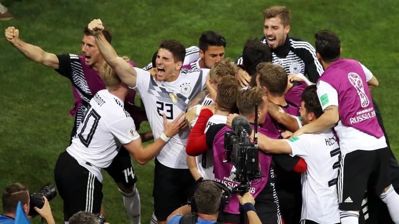 Nationalmannschaft: Toni Kroos (Mitte) feiert mit seinen Teamkollegen das Siegtor.