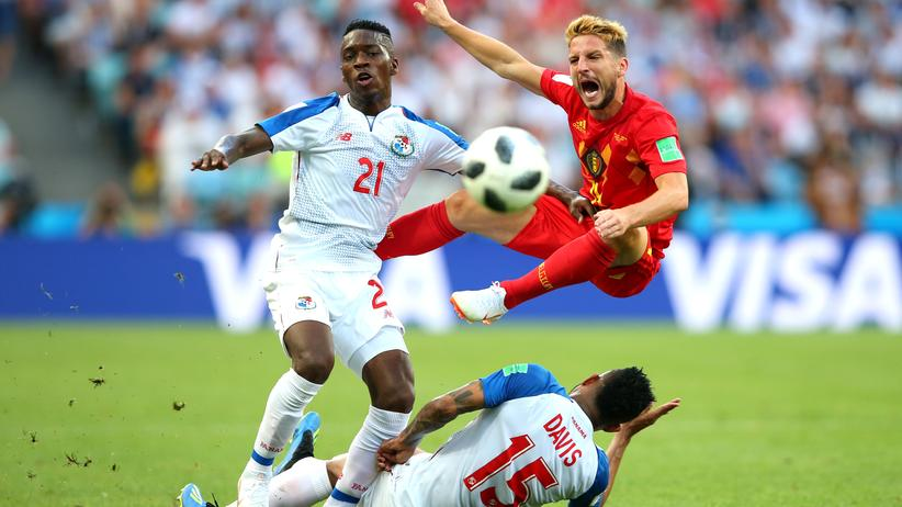 Belgien – Panama: Panamas Spieler José Luis Rodríguez and Eric Davis bearbeiten Belgiens Dries Mertens.