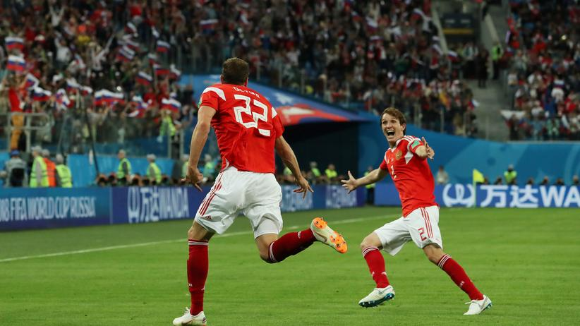 Fußball-WM: Russlands Artjom Dsjuba jubelt über sein Tor mit Mário Fernandes.
