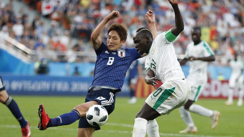 Fusßball-WM: Japans Genki Haraguchi und Senegals Sadio Mané im Zweikampf