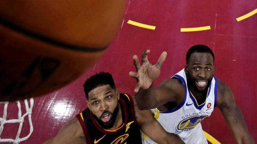 NBA: Tristan Thompson von den Cleveland Cavaliers (l.) und Draymond Green von den Golden State Warriors im vierten Finalspiel