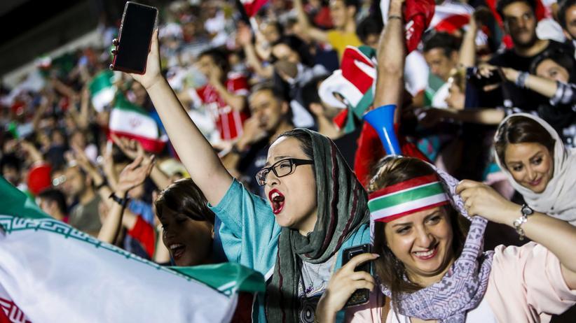 Historisches Public Viewing: Iranerinnen dürfen erstmals seit 37 Jahren ins Fußballstadion