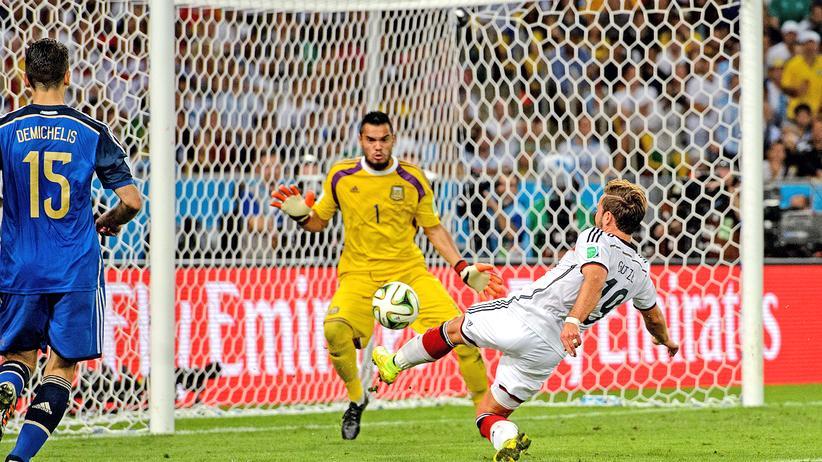 Deutsche Nationalmannschaft: Er macht ihn. Mario Götzes Tor im Finale von Rio hat seinen Platz in der deutschen WM-Historie sicher. Das Gleiche gilt nun auch für Toni Kroos.
