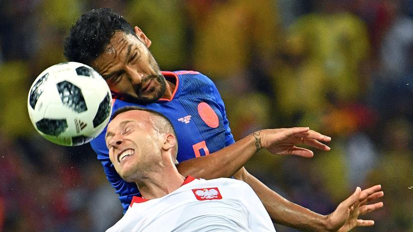 Fußball-WM: Polens Mittelfeldspieler Jacek Góralski (vorne) im Kopfballduell mit Kolumbiens Mittelfeldspieler Abel Aguilar