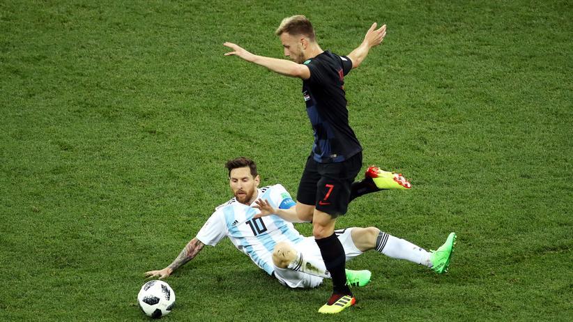 Fußball-WM: Argentinier Lionel Messi verliert den Ball an den Kroaten Ivan Rakitic.