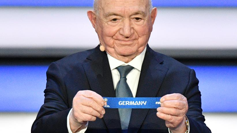 Fussball-WM: Nikita Simonjan, ehemaliger sowjetischer Nationalspieler, zieht bei der WM-Auslosung in Moskau das deutsche Los.