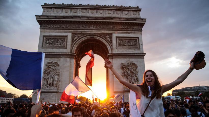 WM-Party in Paris: Der Himmel über Paris ist blau, weiß und rot