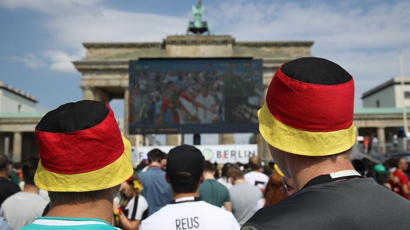 Fußball-WM: Beim ersten Gruppenspiel gegen Mexiko ließen sich Deutschland-Hüte noch gut verkaufen, inzwischen liegen die meisten wieder im Lager.