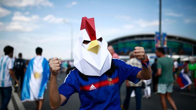 Frankreich: Ein französischer Fan posiert als gallischer Hahn in Russland, vor dem Spiel Frankreich – Argentinien in Kazan.