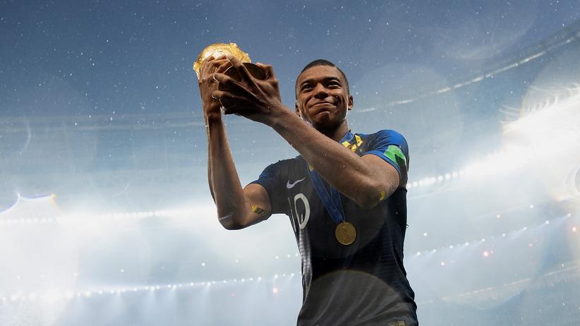 Fußball: Kylian Mbappé mit dem WM-Pokal: Frankreichs Nationalmannschaft bestand fast nur aus Einwandererkindern.