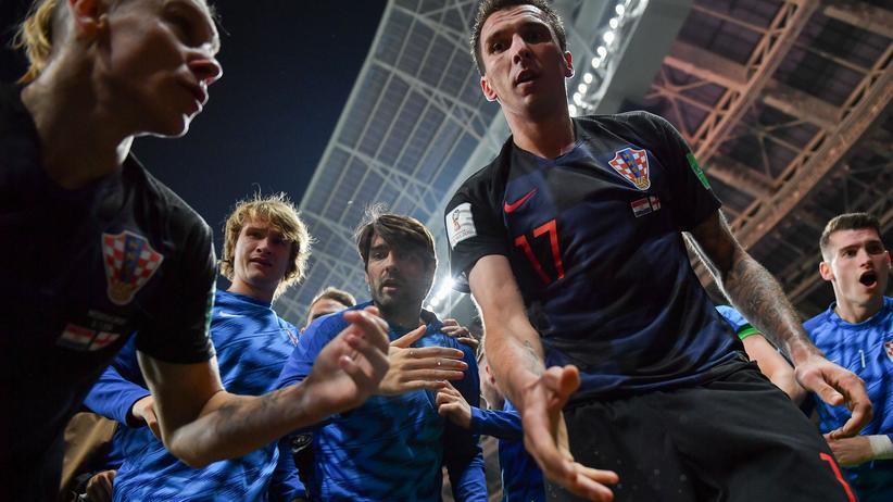 WM in Russland: Umjubelt: Kroatiens Spieler helfen dem mexikanischen Fotograf Yuri Cortez wieder auf.