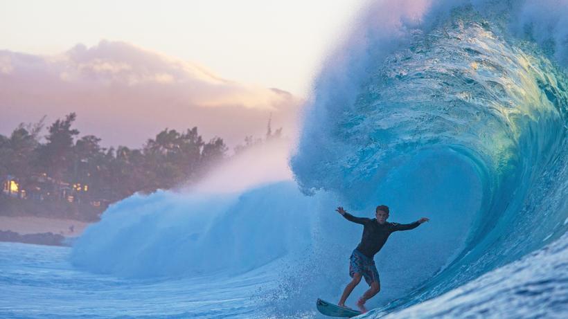 cc2750114be3 Surfen  Der Surfer Miguel Tudela in der legendären Banzai Pipeline an der  Nordküste von Oahu