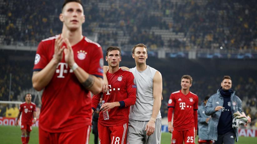 Champions League: Die Spieler des FC Bayern München feiern ihren Sieg vor den mitgereisten Fans.