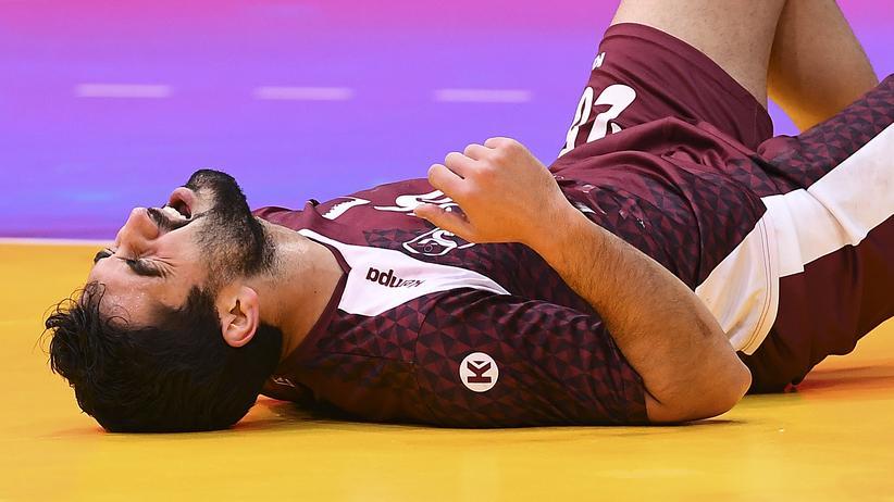 Eine typische Szene aus dem Handball: Kamal Mallash aus Katar liegt am Boden.