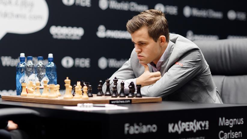 Schach-WM: Weltmeister Magnus Carlsen brauchte während der fünften Partie lange, um eine Antwort zu finden. Dann hatte er sie aber.
