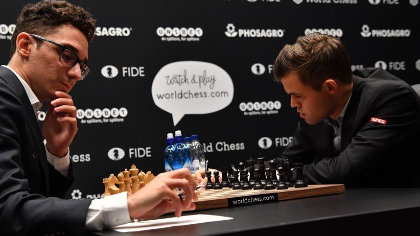 Schach-WM: Schachweltmeister Magnus Carlsen (r.) und sein Herausforderer Fabiano Caruana bei der WM in London