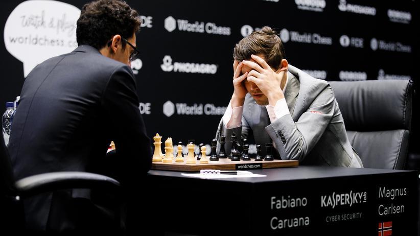 Schach-WM: Fabiano Caruana (links) und Magnus Carlsen (rechts) in der zwölften Runde der Schachweltmeisterschaft in London