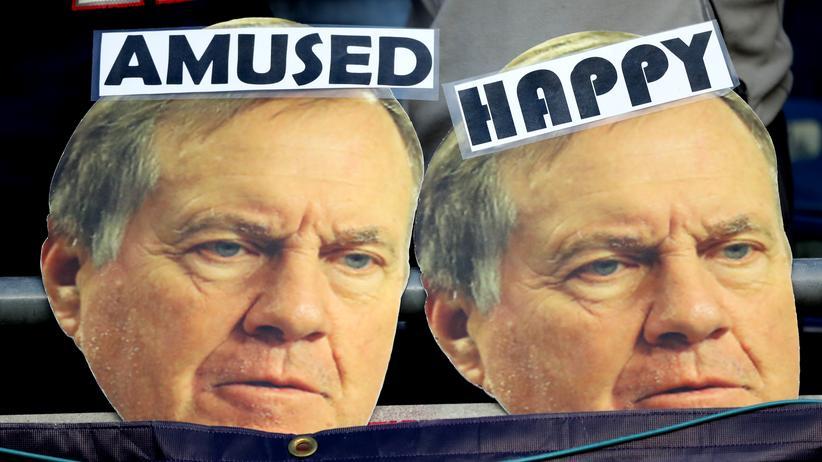 Bill Belichick: Sie meinen es sicher lieb: Fans halten ein Plakat für New Englands Bill Belichick hoch.