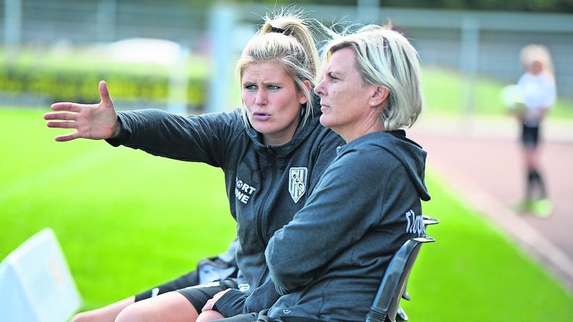 Fußball: Imke Wübbenhorst (links), die neue Trainerin des Oberligisten BV Cloppenburg
