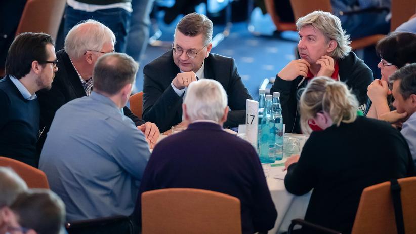 Reinhard Grindel und Ronny Zimmermann,DFB-Vizepräsident, diskutieren mit Amateurvertretern in Kassel.