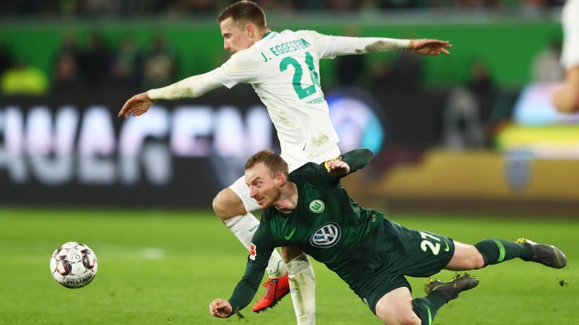 Bundesliga, 24. Spieltag: Wolfsburg-Spieler Maximilian Arnold und Johannes Eggestein von Werder Bremen ringen um den Ball.