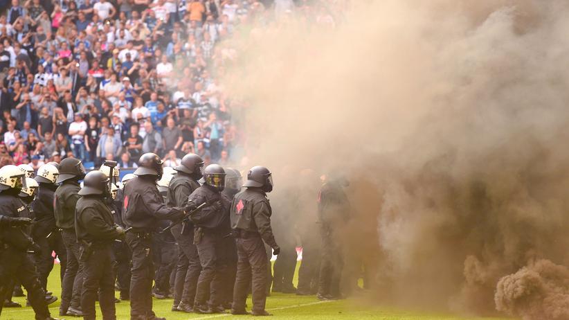 Polizeieinsätze: Polizeieinsatz im Stadion, hier beim Spiel Hamburg gegen Mönchengladbach (Mai 2018)