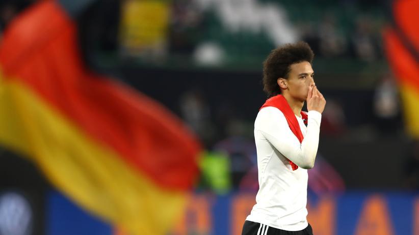 Länderspiel in Wolfsburg: Leroy Sané nach dem Spiel der deutschen Fußballnationalmannschaft gegen Serbien