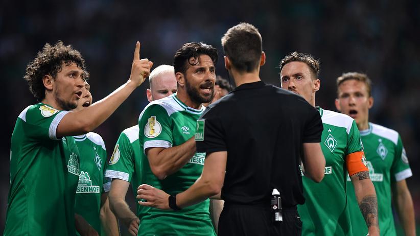 Werder Bremen – FC Bayern München: Die Bremer sind nicht einverstanden mit der Elfmeter-Entscheidung von Schiedsrichter Daniel Siebert.